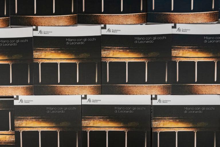 """La mostra fotografica """"Milano con gli occhi di Leonardo"""", ideata e realizzata da Fondazione Bracco, CDI - Centro Diagnostico Italiano e Accademia Teatro alla Scala e visitabile a Milano dal 9 luglio al 31 dicembre 2019, è dedicata all'incontro tra la città di Milano e il genio di Leonardo, nel 500° Anniversario della sua morte. Inaugurazione: 9 luglio 2019 alle ore 18.30 presso il CDI - Centro Diagnostico Italiano (via Saint Bon 20, Milano).  Come era Milano quando Leonardo vi arrivò per la prima volta nel 1483, dalla corte fiorentina dei Medici? Da questa domanda si è sviluppato il percorso della mostra, che si snoda lungo dodici tappe, luoghi simbolo della Milano Quattrocentesca, tra cui la Basilica di Santa Maria delle Grazie, Palazzo Borromeo, la Cripta della Chiesa di San Sepolcro e Ca' Granda. Una narrazione per immagini di cinque giovani fotografe che hanno appena concluso il corso di Fotografia e Video dall'accademia scaligera in dialogo con i racconti di M. Alessandra Filippi, brillante storica dell'arte. Obiettivo è (ri)scoprire con occhi diversi la città di Milano: dal cuore rosso come i mattoni delle sue case e azzurra come la moltitudine di corsi d'acqua che la attraversavano.  Gli spazi del CDI-Centro Diagnostico Italiano ritornano a ospitare una mostra nata dalla collaborazione tra Fondazione Bracco e l'Accademia Teatro alla Scala, unite da una partnership dal 2011 nell'ambito del """"progettoDiventerò"""" dedicato ai giovani.   Il ciclo di mostre avviato nel 2010 in collaborazione con il CDI è rinnovato ogni anno nella convinzione, sostenuta da evidenze scientifiche, che l'esposizione all'arte e alla cultura contribuisca al complessivo miglioramento della qualità della vita, obiettivo complementare dell'intervento è valorizzare i talenti in crescita."""